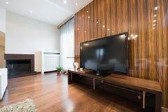 一个现代客厅的内部有被上漆的wo发光的墙壁的  库存图片