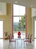 一个现代客厅的内部看法 图库摄影