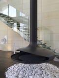 一个现代客厅的壁炉 免版税库存图片