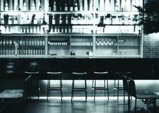 一个现代客栈或酒吧的内部在晚上 库存图片