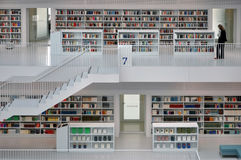 一个现代市立图书馆的白色内部 库存照片