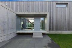 一个现代房子的入口 图库摄影