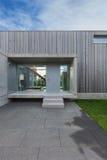 一个现代房子的入口 库存图片