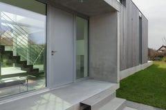 一个现代房子的入口 免版税图库摄影