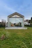 一个现代房子的外部 免版税图库摄影