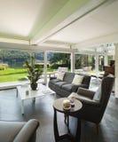 一个现代房子的客厅 免版税图库摄影