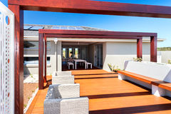 一个现代房子的室外露台就座区域有木地板的 图库摄影