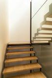 一个现代房子的楼梯 免版税库存图片