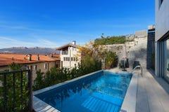 一个现代房子的游泳池 免版税库存照片