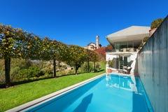 一个现代房子的游泳池 库存照片