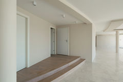 一个现代房子的空的室 免版税库存照片