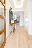 一个现代房子的走廊有木地板的 库存照片