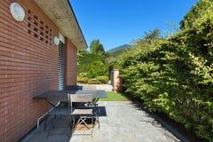 一个现代房子的露台 免版税库存图片