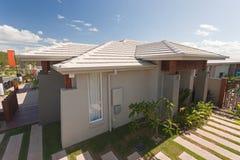 一个现代房子的高的看法在郊区 免版税库存图片