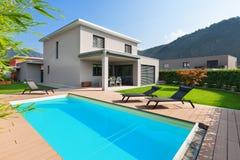 一个现代房子的水池 免版税库存照片