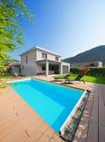 一个现代房子的水池 免版税图库摄影