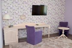 一个现代旅馆客房的内部的片段有布置的 免版税库存图片