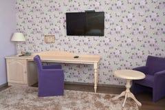 一个现代旅馆客房的内部的片段有布置的 免版税库存照片