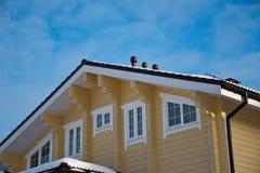 一个现代木房子的门面和屋顶 免版税图库摄影