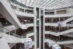 一个现代购物中心的内部 库存图片