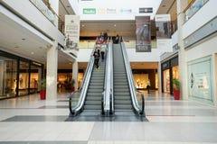 一个现代购物中心的内部 免版税图库摄影
