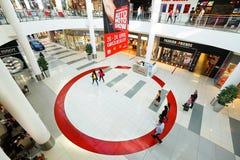 一个现代购物中心的内部 免版税库存照片