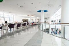 一个现代购物中心的内部 库存照片