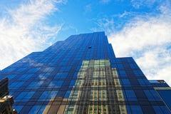 一个现代玻璃和钢摩天大楼的向上看法 免版税库存照片