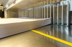 一个现代纸断头台的印刷店边宽视图与触摸屏的 免版税库存照片