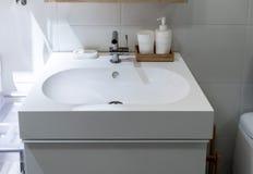 一个现代美丽的卫生间水槽的正面图 库存照片