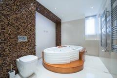 一个现代豪华卫生间的内部有极可意浴缸浴缸的 免版税库存图片