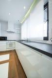 一个现代豪华明亮的白色厨房的内部 库存图片