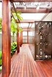 一个现代豪宅的木走廊与巨大的木柱子的 免版税库存图片