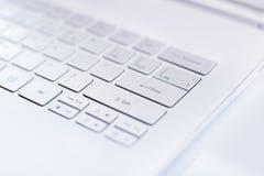 一个现代超书键盘的特写镜头。 库存照片