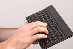 一个现代键盘在使用中 免版税库存图片