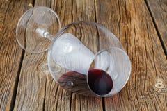 一个玻璃一半在木桌上的红葡萄酒 免版税库存照片
