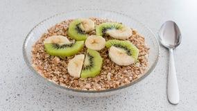 一个玻璃碗燕麦粥粥 健康的早餐 免版税库存图片