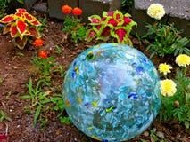 一个球在庭院里 免版税库存照片