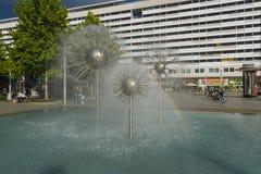 以一个球的形式一个美丽的喷泉在正方形在老镇 免版税图库摄影