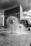 以一个球的形式一个美丽的喷泉在正方形在老镇 免版税库存图片