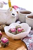以一个球的形式绿茶与一朵红色花 库存图片