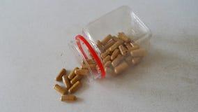 一个瓶中国草本胶囊 免版税库存照片