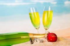 一个瓶和两块玻璃用香槟,时钟,圣诞节球我 免版税库存照片