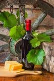 一个瓶在藤的背景的酒 免版税库存图片