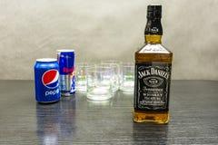 一个瓶威士忌酒-杰克丹尼尔` s在喝s的背景中 库存图片