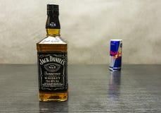 一个瓶威士忌酒-杰克丹尼尔` s 在背景中,红色 库存照片