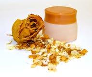 一个瓶子在八仙花属的疏散瓣的中奶油和玫瑰流动 库存照片