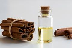 一个瓶桂香精油用在白色backgr的桂香 图库摄影
