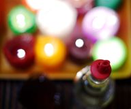 一个瓶的抽象图象与塑料pourer和迷离colorfull的酒对光检查背景 免版税图库摄影