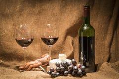 一个瓶红葡萄酒和两充分的杯酒 图库摄影